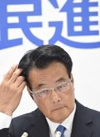 開票速報を見つめる民進党の岡田克也代表=東京都千代田区で2016年7月10日午後10時29分、望月亮一撮影