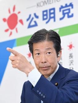 テレビ中継でカメラの位置を確認する公明党の山口那津男代表=東京都新宿区の同党本部で2016年7月10日午後10時2分、中村藍撮影