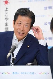 テレビ中継のため、笑顔で準備する公明党の山口那津男代表=東京都新宿区の同党本部で2016年7月10日午後10時20分、中村藍撮影