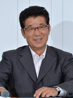 記者会見で笑みを浮かべるおおさか維新の会の松井一郎代表=大阪市北区で2016年7月10日午後10時31分、加古信志撮影