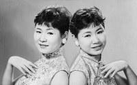 双子デュオ「ザ・ピーナッツ」。右が伊藤ユミさん、左は姉のエミさん