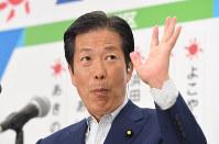 当選が確実になった候補者が訪れ、手を挙げる公明党の山口那津男代表=東京都新宿区の同党本部で2016年7月10日午後10時52分、中村藍撮影
