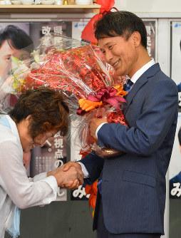 鹿児島県知事選で当選が確実になり、支援者から花束を受け取る三反園訓氏=鹿児島市で2016年7月10日午後8時33分、須賀川理撮影