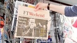 フィナンシャルタイムズ紙の1面=英ロンドンで2016年6月25日撮影