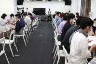 各地で開催されている「マスクdeお見合い」。椅子を2列に並べて、2分間で一つずつ席を移動していく。終始マスクは外さない=DEFアニバーサリー提供