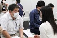 「マスクdeお見合い」に参加した大村記者(左)。普段の服装で臨み、人柄で勝負する=DEFアニバーサリー提供