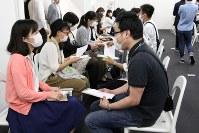 カジュアルな服装の参加者が多い「マスクdeお見合い」。机がない分、膝を交えて話が弾むことも=DEFアニバーサリー提供