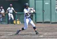 【東京学館新潟−日本文理】二回裏日本文理1死満塁、先川の右前適時打で追加点=新発田市の五十公野公園野球場で