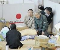 避難所へお見舞いに訪れ、被災者と言葉を交わす天皇陛下。右から3人目は佐藤雄平福島県知事=福島市のあづま総合体育館で2011年5月11日、石井諭撮影