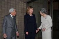 茶会に訪れたクリントン米国務長官(中央)を出迎える天皇、皇后両陛下=皇居・御所で2011年4月17日、代表撮影