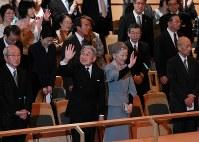 「東日本大震災復興支援チャリティコンサート」にご臨席される天皇、皇后両陛下=東京都新宿区で2011年5月18日、代表撮影