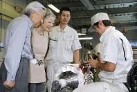 東日本大震災の被災企業の支援状況や産業用モーター部品の製造工程をご覧になる天皇、皇后両陛下=千葉県東金市で2011年9月27日