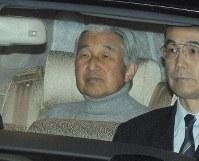 入院するために皇居を出発される天皇陛下=東京都千代田区で2011年11月6日午後8時7分、三浦博之撮影