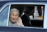東大病院を退院し、皇居に戻る天皇、皇后両陛下=東京都千代田区で2011年11月24日午後2時19分、木葉健二撮影