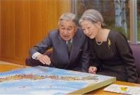 国内の訪問先にピンをつける天皇、皇后両陛下=皇居で2011年12月9日午後4時ごろ、宮内庁提供