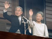 新年の一般参賀に訪れた人たちに手を振る天皇、皇后両陛下=皇居・宮殿で2012年1月2日午前11時4分、武市公孝撮影