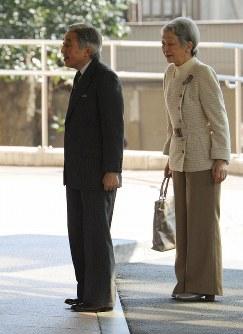 入院のため東大病院に到着した天皇陛下と付き添う皇后陛下=東京都文京区で17日午前10時16分、代表撮影