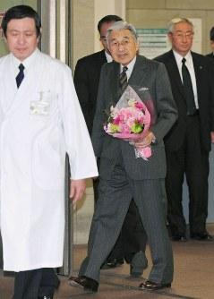 東大病院を退院される天皇陛下=東京都文京区で2012年3月4日午後、代表撮影