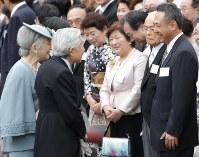 天皇陛下と言葉を交わす古川聡宇宙飛行士(右端)=東京都港区の赤坂御苑で2012年4月19日午後2時27分、小出洋平撮影