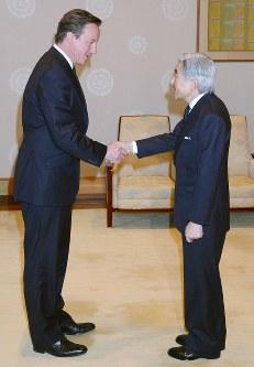 キャメロン英首相と握手される天皇陛下=宮殿・竹の間で2012年4月10日、代表撮影