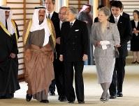サバハ・クウェート首長(中央左)を迎え入れて、会見にむかう天皇、皇后両陛下=皇居で2012年3月21日午前9時44分、代表撮影