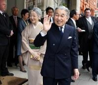 エリザベス女王夫妻主催の昼食会に出席するため、宿泊先のホテルを出発される天皇、皇后両陛下=ロンドンで2012年5月18日、代表撮影