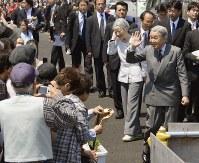 仮設住宅を訪れ、被災者らに手を振る天皇、皇后両陛下=仙台市若林区で2012年5月13日午前10時51分、代表撮影