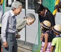 仮設住宅を訪れ、子供たちと言葉を交わされる天皇、皇后両陛下=長野県栄村で2012年7月19日午後3時28分、小出洋平撮影