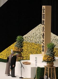 おことばを述べ、一礼する天皇、皇后両陛下=東京都千代田区の日本武道館で2012年8月15日午後0時3分、武市公孝撮影