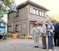 住宅地の除染作業について説明を受けられる天皇、皇后両陛下=福島県川内村で2012年10月13日午後2時34分、久保玲撮影