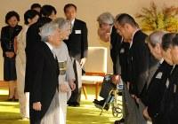 文化勲章受章者と文化功労者を招いた茶会で、声を掛けられる天皇、皇后両陛下=皇居・宮殿「連翠」で2012年11月5日午後2時31分、代表撮影