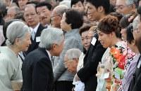 天皇、皇后両陛下と歓談するレスリングの吉田沙保里選手(右)ら=赤坂御苑で2012年10月25日午後2時29分、丸山博撮影