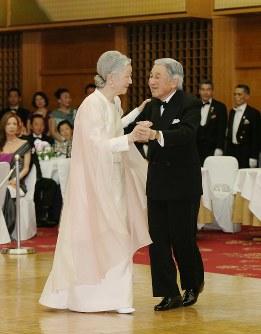 国際福祉協会創立60周年記念チャリティー晩さん会で、ダンスを楽しむ天皇、皇后両陛下=東京都港区のホテルオークラ東京で2013年4月12日午後8時59分、代表撮影