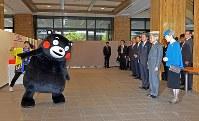 天皇、皇后両陛下に体操を披露するくまモン=熊本市中央区の熊本県庁で2013年10月28日午前11時43分、野田武撮影