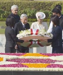 ラージ・ガート(ガンジー廟)で御供花する天皇、皇后両陛下=インド・ニューデリーで2013年12月2日午前10時41分、代表撮影