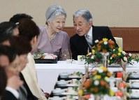 80歳の誕生日を祝う「宴会の儀」で、皇后陛下と言葉を交わす天皇陛下=皇居・宮殿「豊明殿」で23日、代表撮影