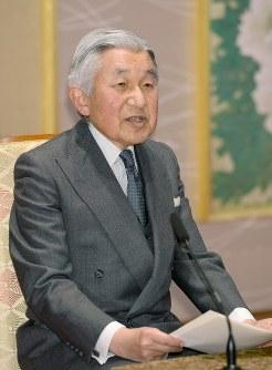 記者会見で質問に答える天皇陛下=皇居・宮殿「石橋の間」で2013年12月18日、代表撮影