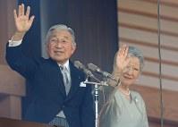 新年の一般参賀で訪れた人たちに手を振る天皇、皇后両陛下=皇居で2014年1月2日午前11時52分、宮間俊樹撮影