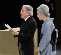 東日本大震災3年 政府主催追悼式でお言葉を述べる天皇陛下=東京都千代田区の国立劇場で2014年3月11日午後2時56分、代表撮影