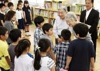 東京都葛飾区の花の木小学校で、防災について学ぶ授業を参観し、児童と話す天皇、皇后両陛下=2014年5月8日午前10時59分