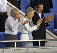 都市対抗野球の優勝チームが決まり、両チームの選手たちに拍手を送る天皇、皇后両陛下。右端は毎日新聞社の朝比奈豊社長=東京ドームで2014年7月29日、宮間俊樹撮影