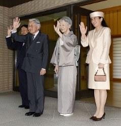 オランダのウィレム・アレクサンダー国王夫妻を見送る天皇、皇后両陛下と皇太子ご夫妻=皇居・御所で2014年10月30日午後2時12分、代表撮影