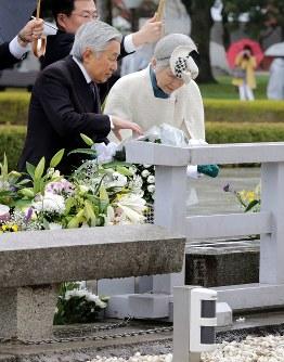 原爆慰霊碑に供花される両陛下=広島市中区で2014年12月4日午前10時15分、貝塚太一撮影