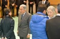 被災した人たちに声を掛けられる天皇、皇后両陛下=広島市安佐南区で2014年12月3日午後3時27分、大西岳彦撮影
