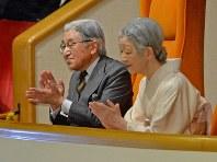 4年ぶりに大相撲を観戦し、力士に拍手する天皇、皇后両陛下=東京・両国国技館で2015年1月18日午後5時9分、矢頭智剛撮影