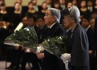 追悼式典で献花される天皇、皇后両陛下=神戸市中央区の兵庫県公館で2015年1月17日午後0時36分、久保玲撮影