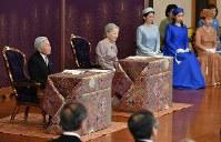 「講書始の儀」で講義を受けられる天皇、皇后両陛下と皇族方=皇居・宮殿「松の間」で2015年1月9日午前10時37分、代表撮影
