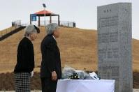 「千年希望の丘」の慰霊碑に供花される天皇、皇后両陛下=宮城県岩沼市で2015年3月13日午後1時56分、梅村直承撮影
