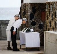 「西太平洋戦没者の碑」に花を手向け一礼される天皇、皇后両陛下=パラオ・ペリリュー島で2015年4月9日午前10時48分、代表撮影