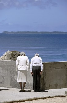 約1200人の日本人が亡くなったアンガウル島に向かって拝礼される天皇、皇后両陛下=パラオ・ペリリュー島で2015年4月9日午前10時50分、代表撮影